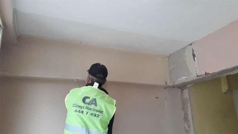 Mutfak ve balkonu birleştirip, büyük ve daha kullanışlı bir mutfak ortaya çıkaracağız. Bu yüzden tüm kırım ve hafriyat işlerimizi bitirip iç mekana dahil olan balkon duvarlarına alçı sıva yapıyoruz.