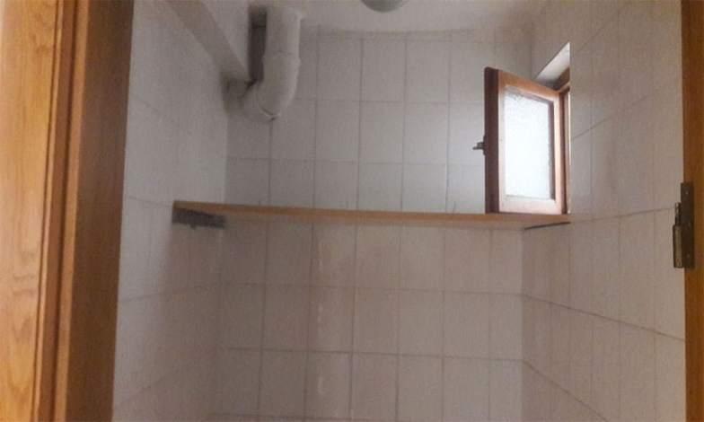 Banyolar ve tuvaletteki pencereler sökülerek özel banyo menfezleri takılacak.