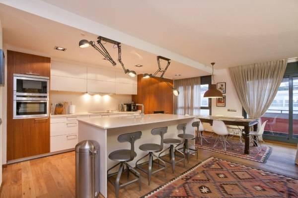 Mutfak masalarının üzerinde ayarlanabilir lambalar