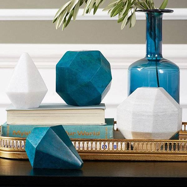 Beyaz ve mavi masa süsü