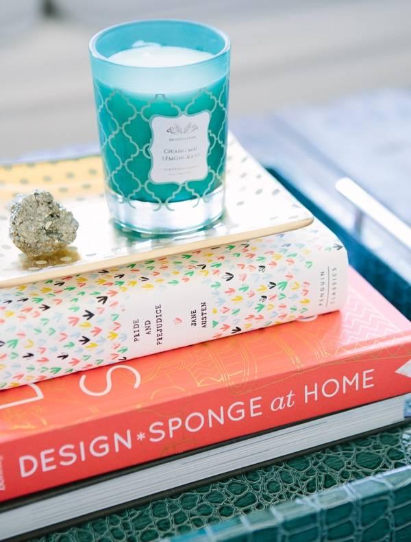 Masanın üzerinde dekorlu kitap yığını