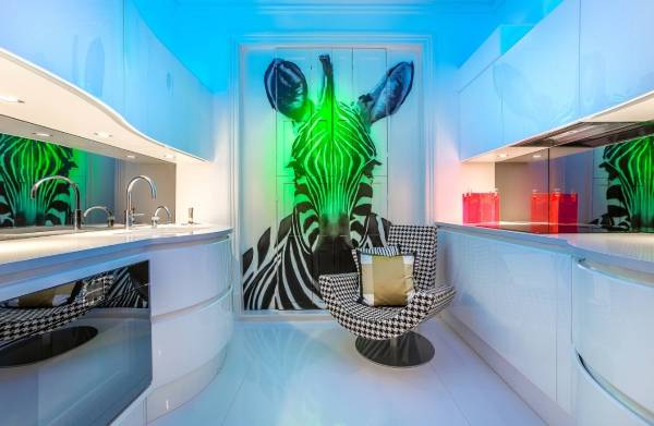 Hayvan duvar kağıdı ile ultra modern mutfak