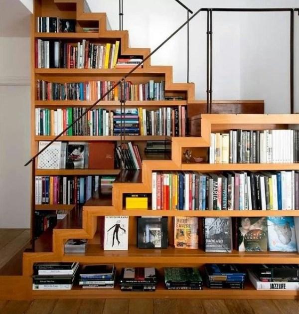 Özel bir ev fotoğrafında merdivenlerin altında kitaplık