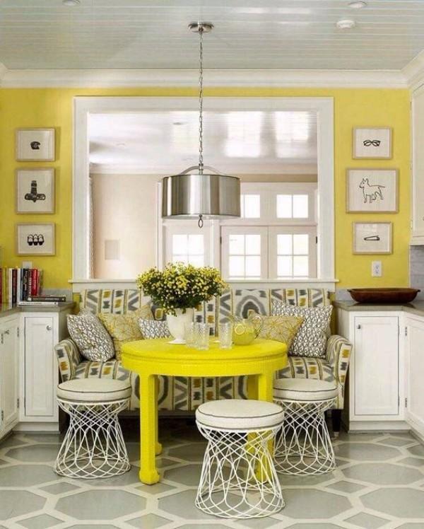 Parlak renklerde uyku yeri olan katlanır mutfak köşesi