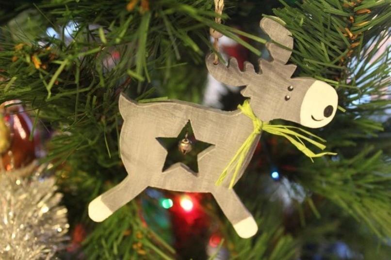 Mainan pokok Krismas dari papan lapis melakukannya sendiri