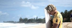 Ontgoochelde surfer wacht op tweede golf