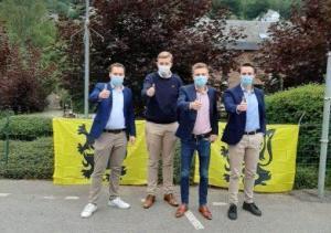 VB-jongeren delen hoofddoeken uit aan klanten Delhaize