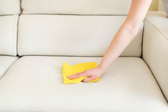 seseorang membersihkan sofa