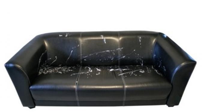sofa hitam mengelupas