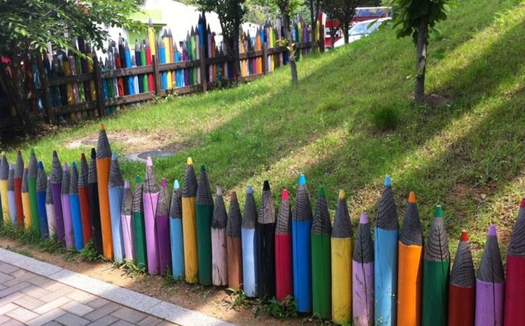 Pagar Rumah Unik Pensil Warna