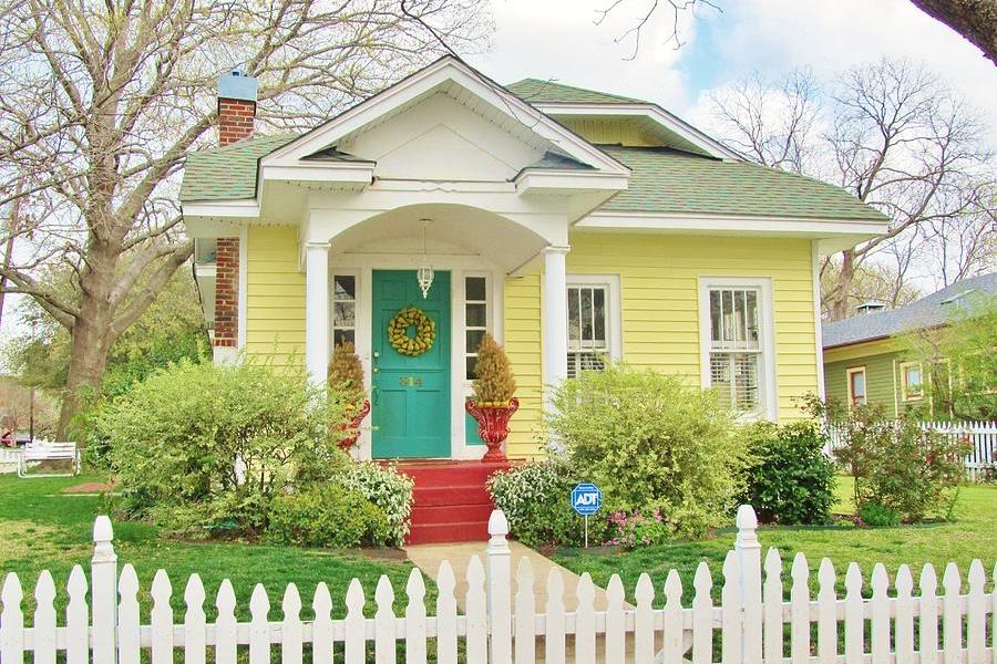 Warna Cat Dinding Luar Rumah yang Cerah ala Cottage
