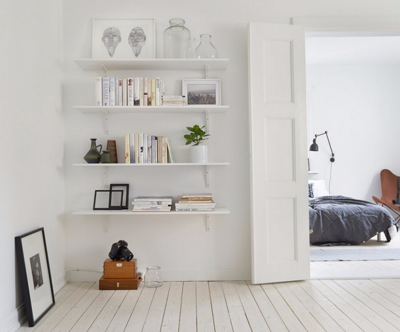 warna netral terang untuk rak dinding minimalis