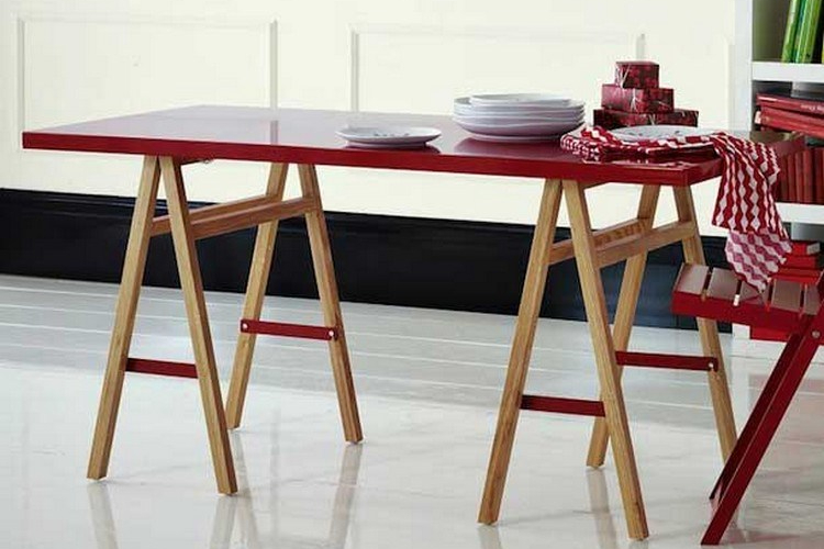 Meja makan minimalis dengan kaki kuda