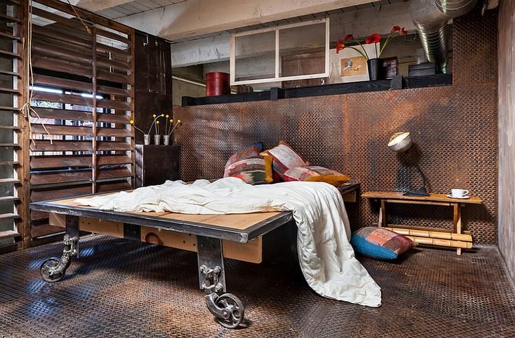 Interior kamar tidur industrial dengan lantai dan dinding besi