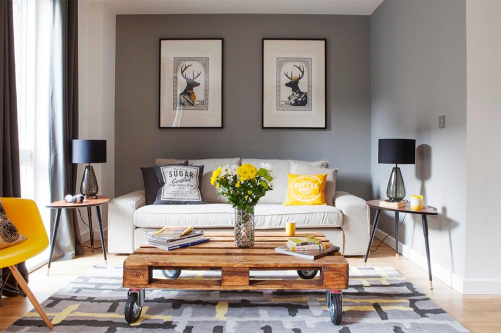 furnitur secara simetris sebagai bentuk dekorasi rumah sederhana