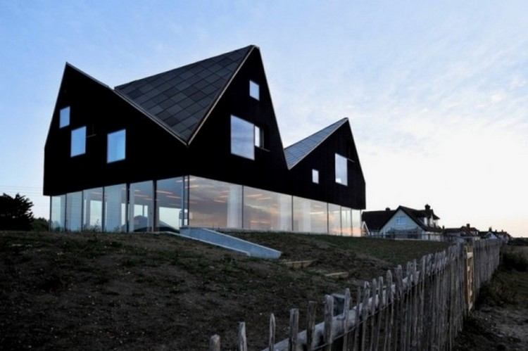 Desain rumah unik berdinding kaca dengan atap geometris