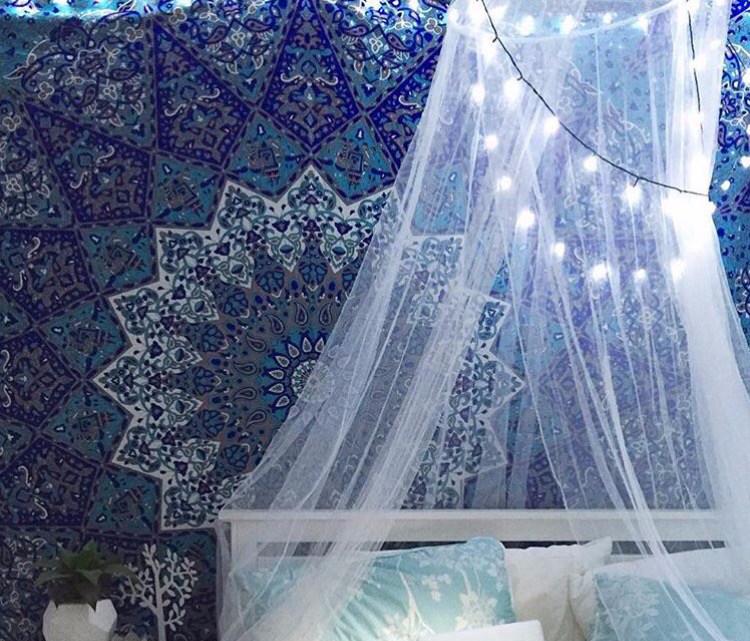 Gantung lampu Tumblr di kanopi tempat tidur