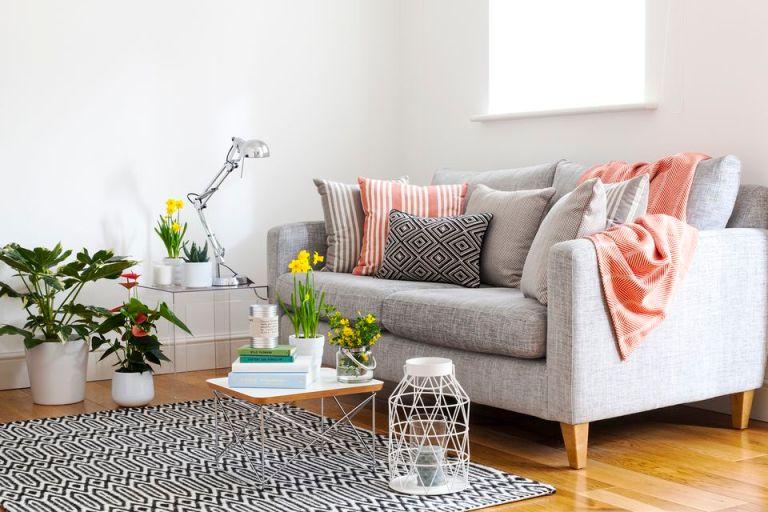 ruang tamu kecil dengan dekorasi simpel warna putih dan salem