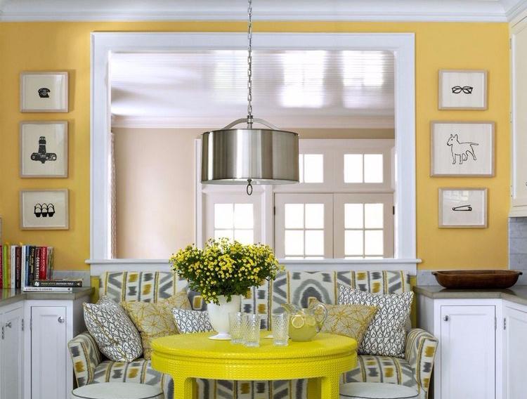 warna kuning pada ruang keluarga menyatu dengan ruang makan minimalis