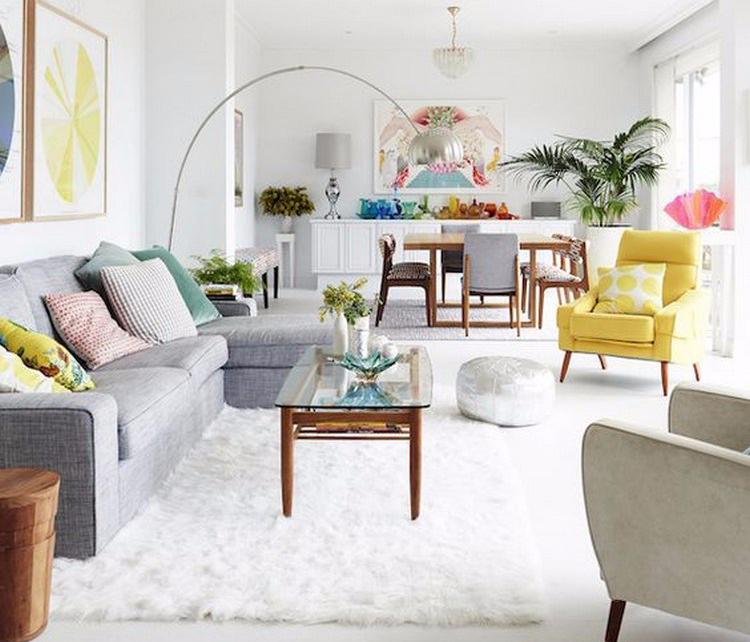 Ruang keluarga menyatu dengan ruang makan minimalis yang ceria