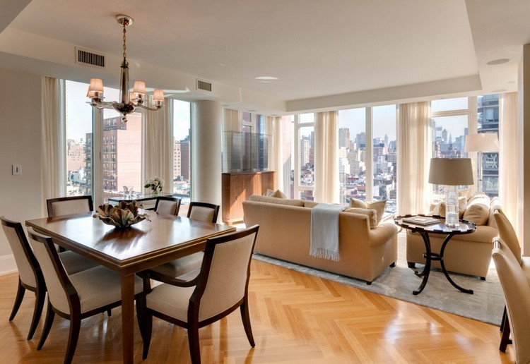 Ruang keluarga menyatu dengan ruang makan minimalis yang memiliki pemandangan kota