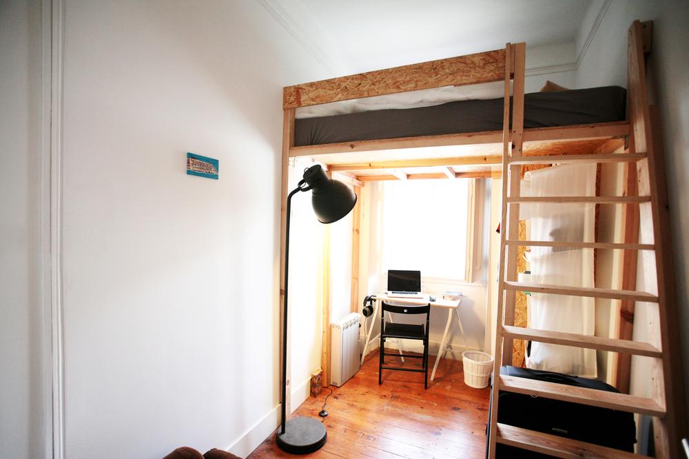 Interior kamar efisien dengan tambahanmezzanine
