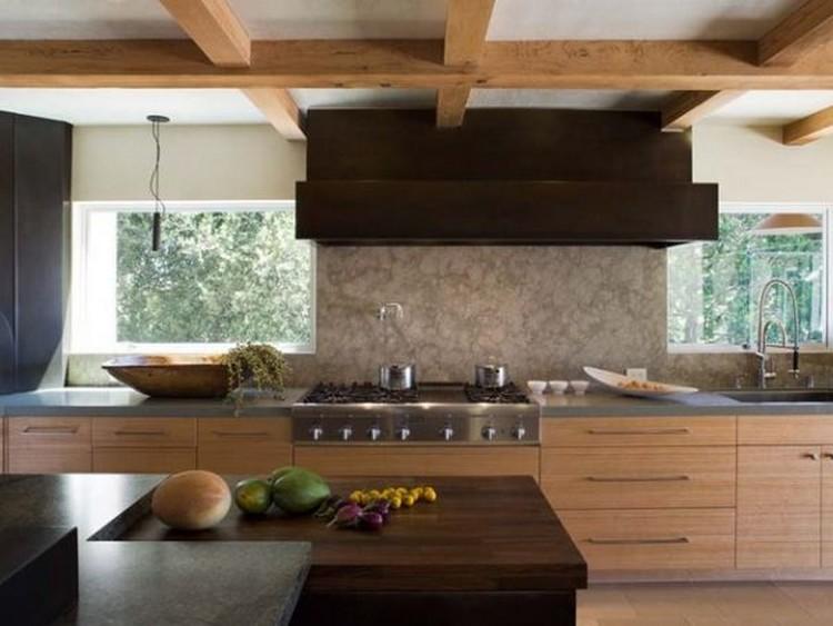 Dapur bersih ala Jepang dengan material kayu berwarna gelap dan terang