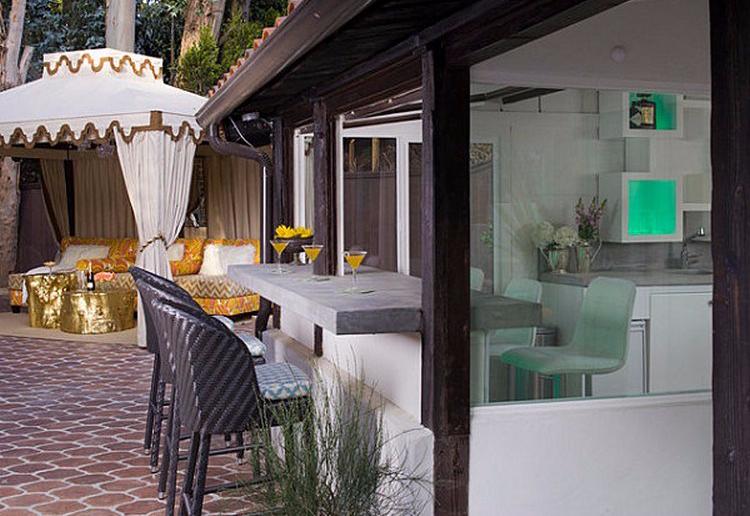 Meja bar minimalis yang terhubung area outdoor