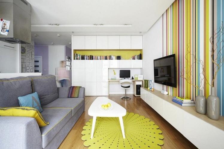 Interior ruang keluarga dengan garis vertikal