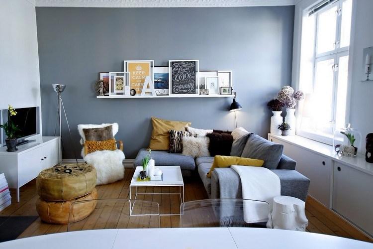 Interior ruang keluarga dengan nuansa abu-abu