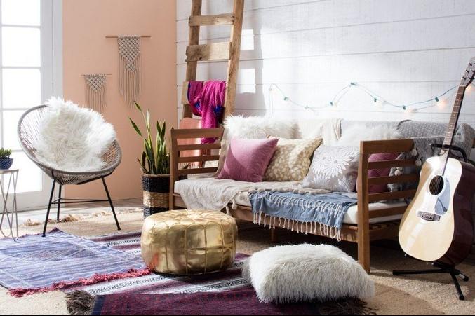 Interior ruang keluarga bergaya bohemian modern
