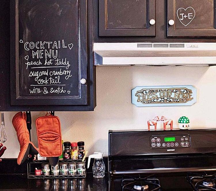 Kabinet dapur dengan pintu papan tulis