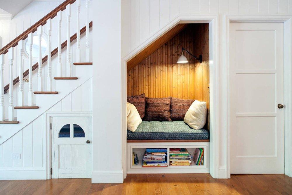 ruang santai bawah tangga