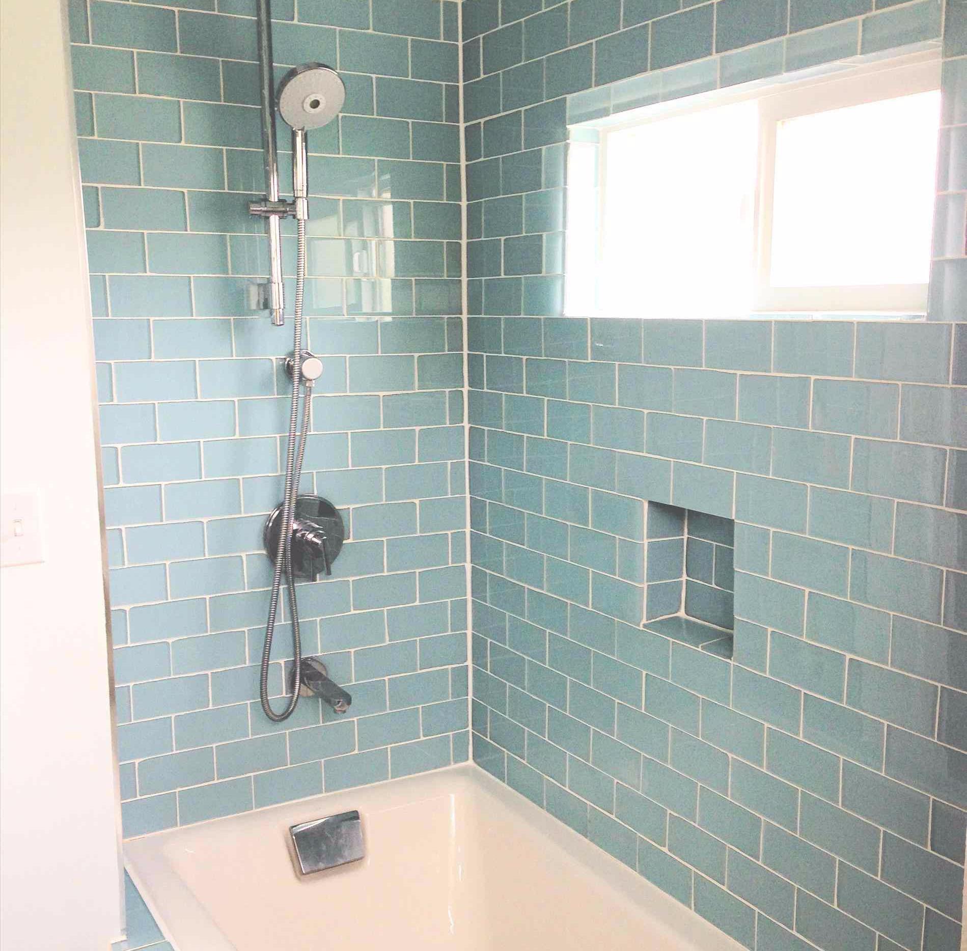 7 desain keramik dinding kamar mandi ini bisa bikin kamu terhipnotis rh dekoruma com keramik dinding kamar mandi warna biru dinding keramik kamar mandi roman