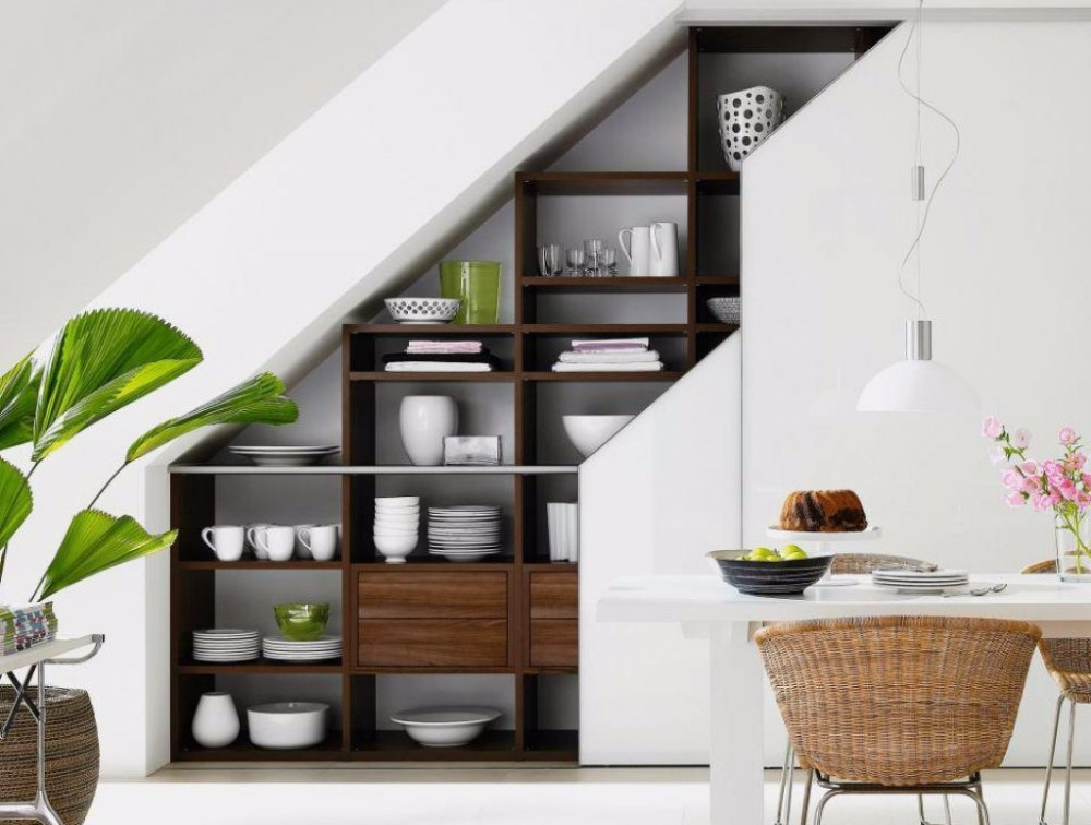 Lemari bawah tangga sebagai area pajang