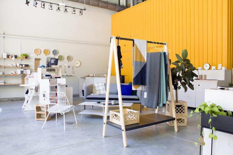 desain toko minimalis serba kuning
