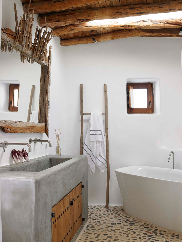 Desain kamar mandi batu alam dengan lantai kerikil