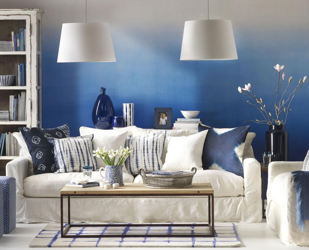 Gradasi warna biru putih pada ruang tamu
