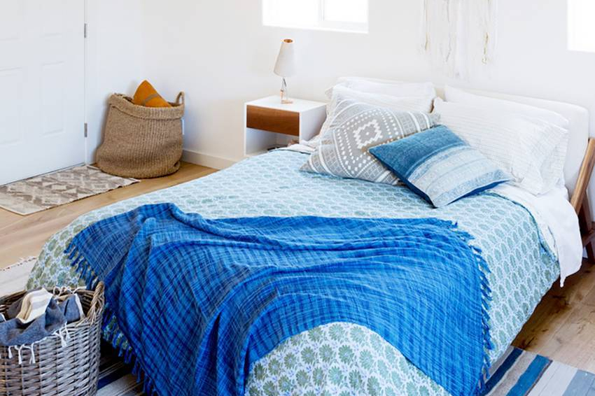 Cara menghias kamar sendiri dengan layer di tempat tidur