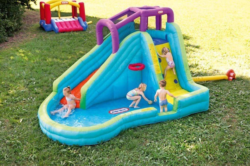Kolam renang anak dengan mainan interaktif
