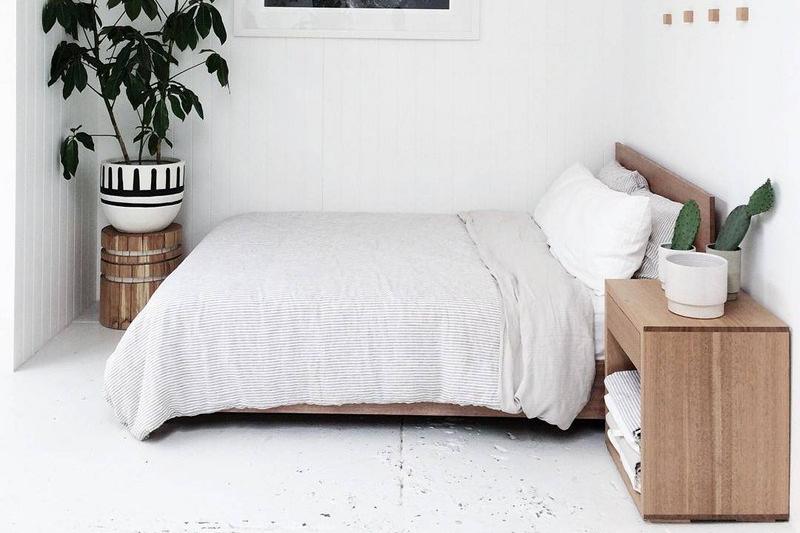 Penataan tempat tidur merapat ke tembok