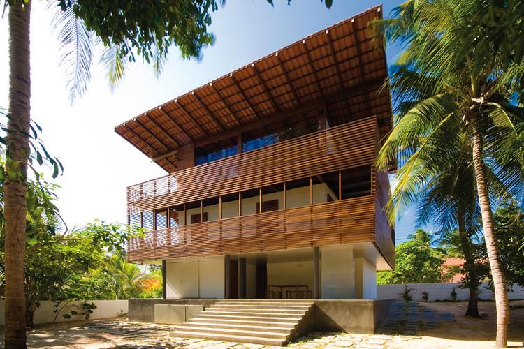 Arsitektur Tropis Material Lokal