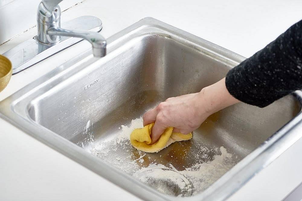 Membersihkan Tempat Cuci Piring dengan Tepung