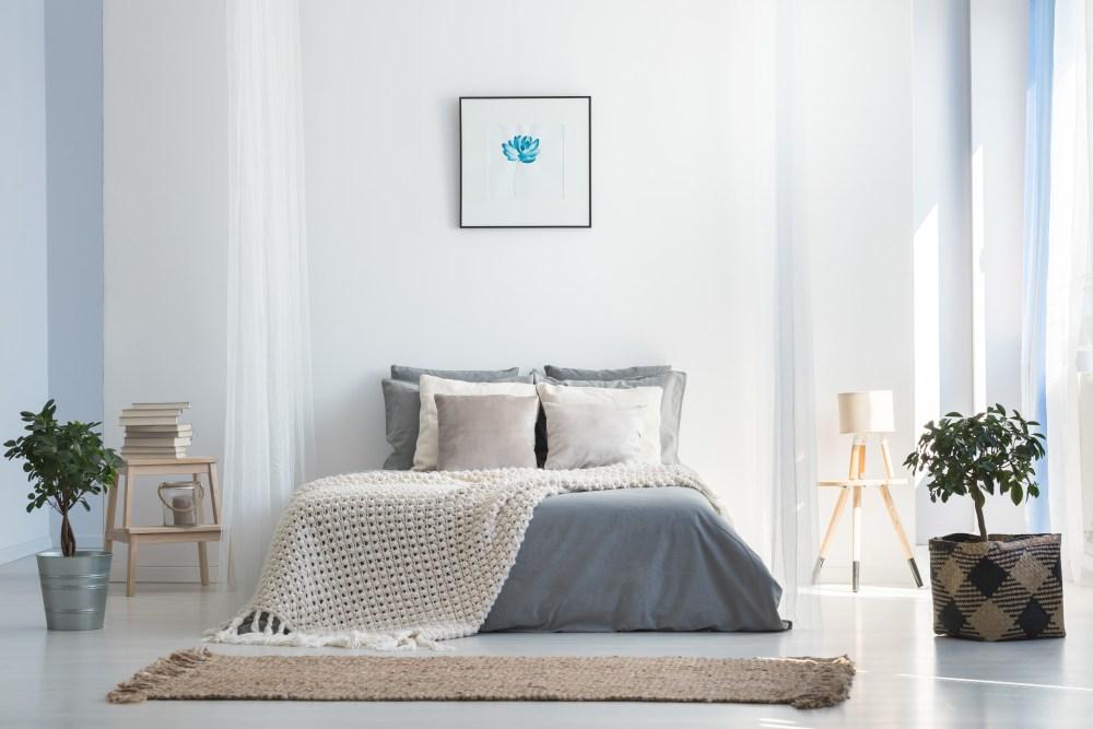 Kamar tidur abu-abu putih