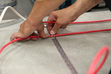 Meletakkan lantai kabel