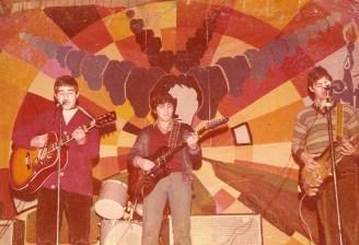 VII Festival 1979 Esta foto que os presentamos, nada que envidiar a Los Beatles, muestra alguna de las habilidades que desarrollamos en Zuazo y Urnieta, LA MÚSICA. Goio Yécora, Tomás Vadillo y Julio Félix Higelmo