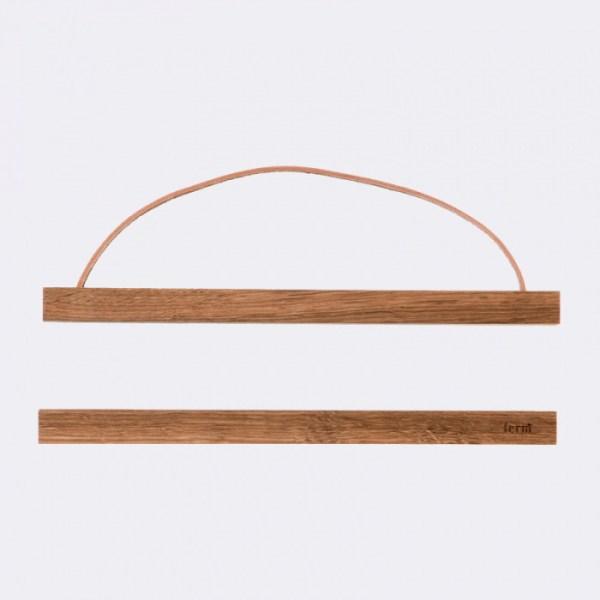 Marco de madera de roble de la firma Ferm Living para colgar láminas sin cristal