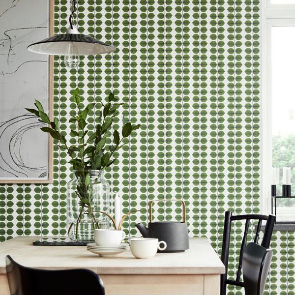 Papel pintado Bersa de la colección Scandinavian Designers II de Borastapeter colocado en una cocina.