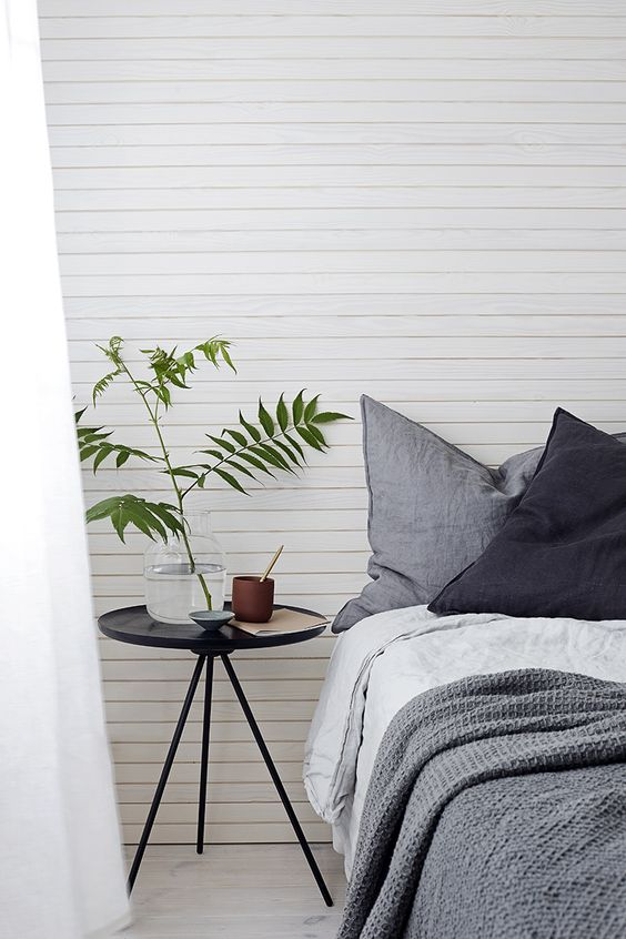 pared del cabecero con un friso de madera natural