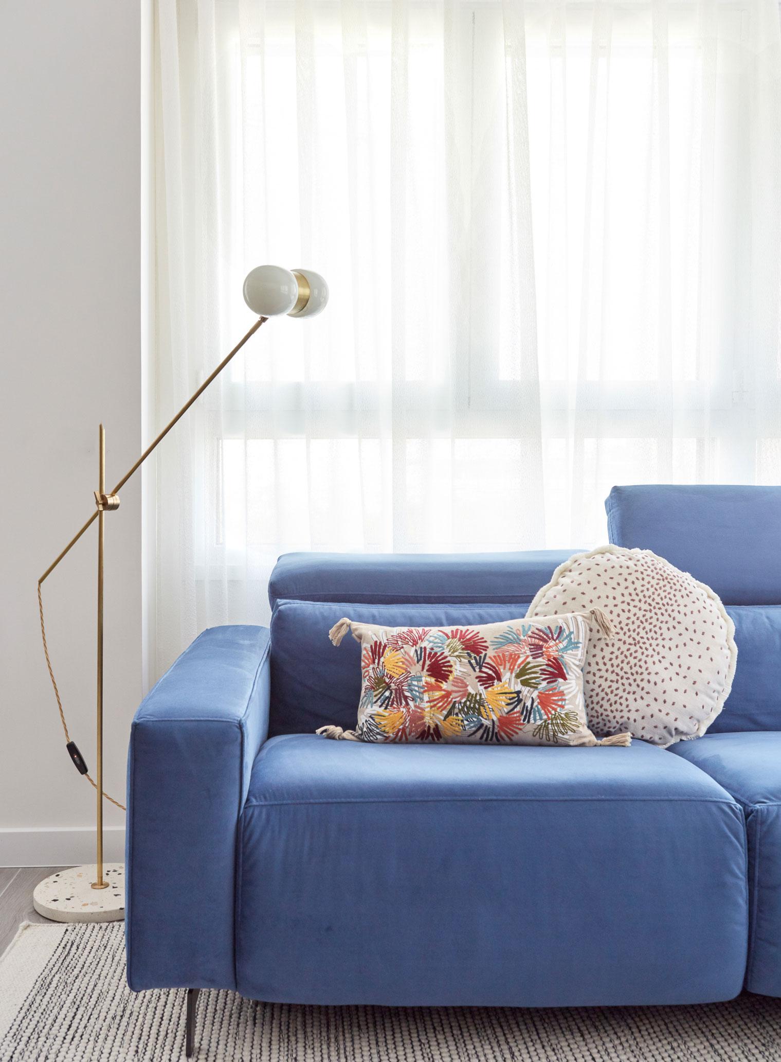 Lámpara de pie de Contain Mallorca con sofá azul de Moradillo